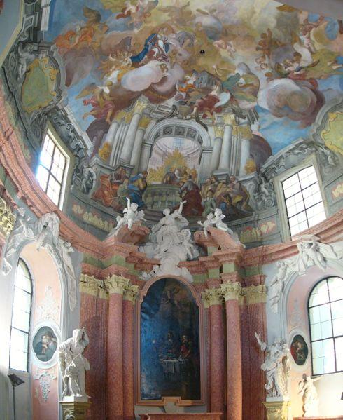 Barokní sochy a malby v kapli Božího těla v jezuitském konviktu v Olomouci